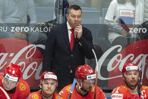 Tréner Ruska Iľja Vorobjov (v pozadí) v zápase Ruska proti Nórsku na MS v hokeji 2019.