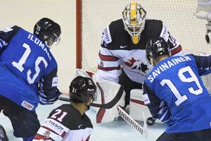 Arttu Ilomäki (vľavo) strieľa druhý gól v zápase Fínska proti Kanade na MS v hokeji 2019.