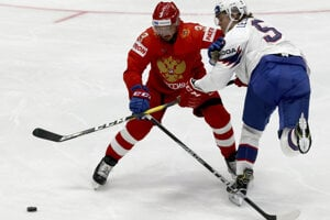 Dinar Chafizullin (vľavo) v súboji s Erlendom Lesundom v zápase Ruska proti Nórsku na MS v hokeji 2019.