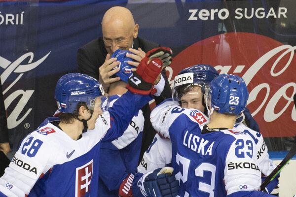 Tréner Craig Ramsay objíma hráčov Slovenska po víťazstve nad USA v úvodnom zápase na domácom šampionáte.