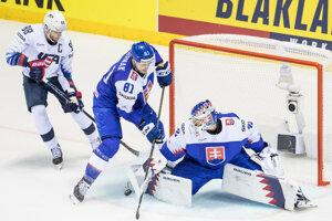 Erik Černák (uprostred) čistí priestor pred slovenskou bránkou v zápase USA - Slovensko na MS v hokeji 2019.
