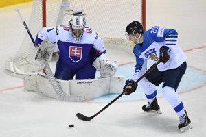 Na snímke fínsky hokejista Niko Ojamäki (vpravo) a brankár Slovenska Marek Čiliak počas zápasu Slovenska s Fínskom na MS v hokeji 2019.