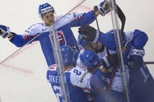Radosť slovenských hokejistov po vyrovnávajúcom góle na 2:2 v zápase proti Fínsku na MS v hokeji 2019.