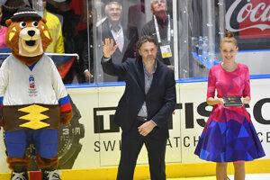 Jaromír Jágr máva divákom po zápase Nórsko - Česko na MS v hokeji 2019.