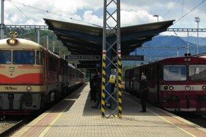 Legendárna motorová lokomotíva T 678 012, nazývaná Pomaranč na stanici v Banskej Bystrici