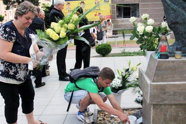 Handlovčania si obete banského nešťastia spred šiestich rokov uctia opäť aj bielymi ružami.