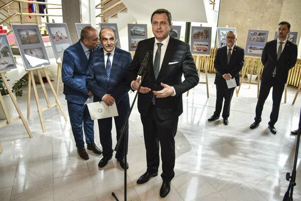 Andrej Danko (SNS) na vernisáži fotografickej výstavy s názvom Vďaka slovenským vojakom za ochranu mieru na Cypre.