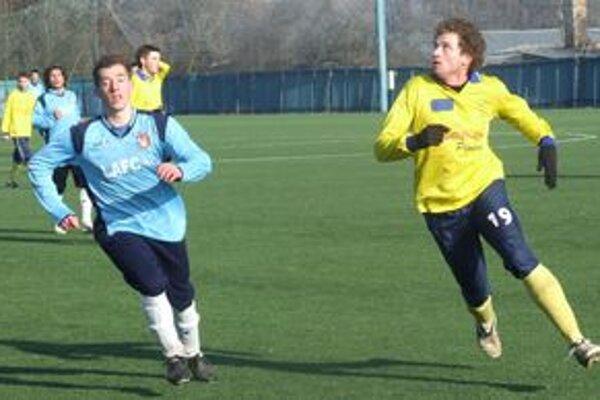 Hráči LAFC Lučenec sa na futbalovú jar pripravujú na umelom trávniku.