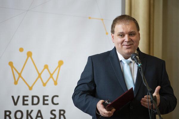 Vedec roka Vladimír Zeleňák z Prírodovedeckej fakulty Univerzity Pavla Jozefa Šafárika v Košiciach sa venuje výskumu materiálov, ktoré sa dajú využiť pri čistení exhalátov či v medicíne.