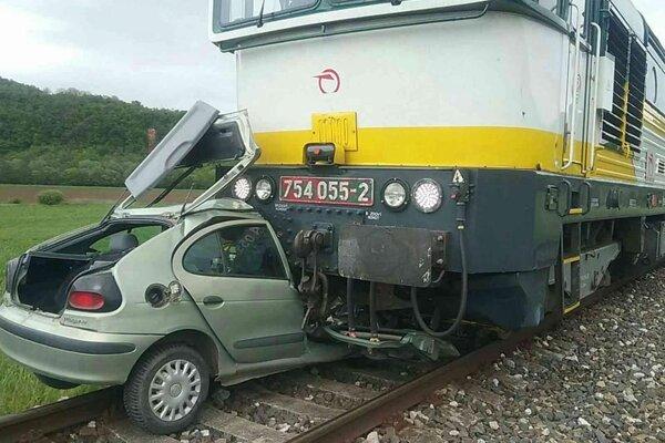 Zrážka vlaku s autom medzi Gemerskou Hôrkou a Čoltovom.