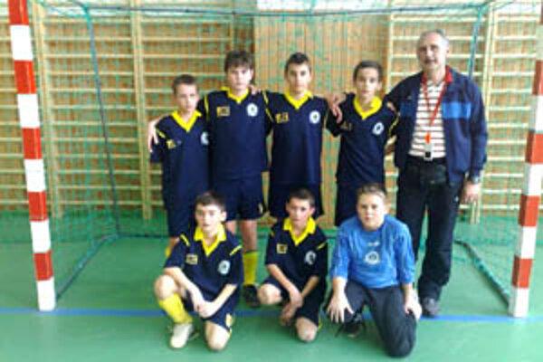 Družstvo mladších žiakov si vybojovalo na turnaji vo Veľkom Krtíši druhé miesto.