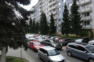Obyvateľov Štefánikovej ulice sužuje nadmerná doprava.