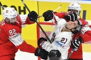 Vľavo Simon Moser a Gregory Hoffman (Švajčiarsko) a Lukas Haudum (Rakúsko) v zápase základnej B-skupiny Švajčiarsko - Rakúsko.