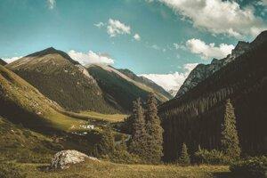 Trek cez údolie Altyn Arashan.