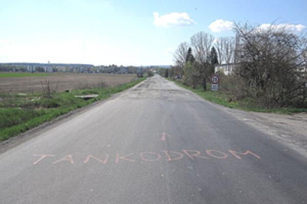 Deravú cestu pri Tomášovciach štyri roky plátali len štrkom.