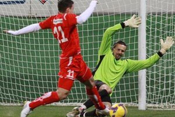 Sieť za chrbtom gólmana Lučenca M. Michalíka sa v dueli s ViOnom rozvlnila trikrát.