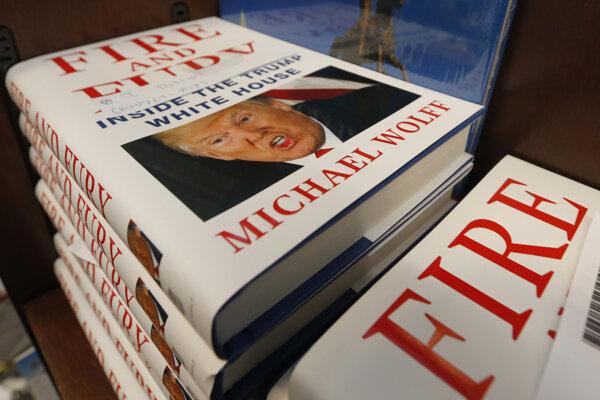 """Výtlačky knihy """"Fire and Fury: Inside the Trump White House"""" (Oheň a hnev: Vo vnútri Trumpovho Bieleho domu) od spisovateľa a novinára Michaela Wolffa."""