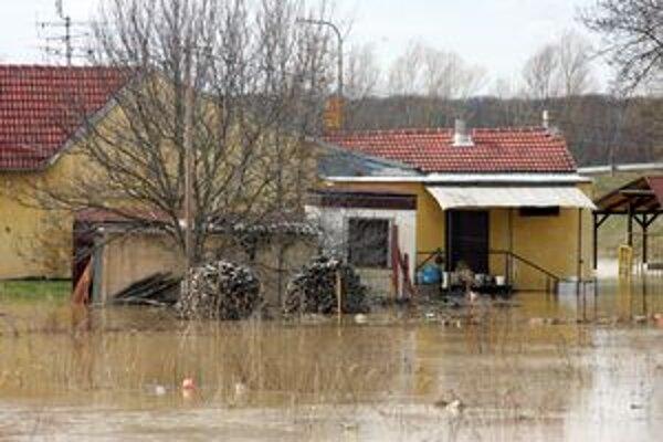 Potoky, ktoré sa vyliali z korýt, zaplavili hlavne polia mimo obcí.