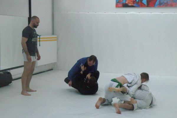 Takto sa trénuje vnovovytvorených priestoroch Akadémie bojových umení, športu azdravia vNových Zámkoch.