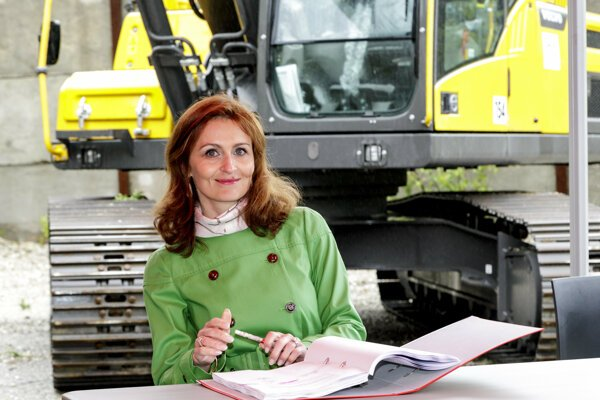 Ministerka zdravotníctva Andrea Kalavská podpisuje zmluvu o zabezpečení búracích prác na stavenisku Rázsochy.