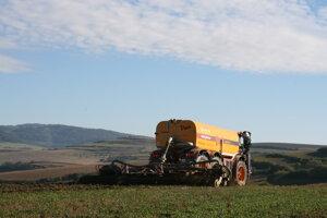 Liatie hnojovice na polia sprevádza neznesiteľný zápach. Ľudia sa sťažujú.