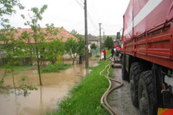 V obci Cakov voda zaliala rodinné domy.
