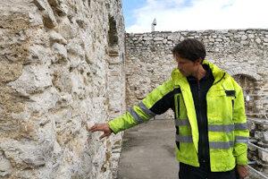 Výškový špecialista ukazuje, ako špárujú hradné múry.