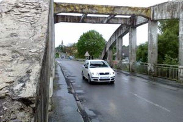Most leží na dôležitom cestnom ťahu Levice - Veľký Krtíš - Lučenec. S jeho obnovou prichádza správca doslova v hodine dvanástej.