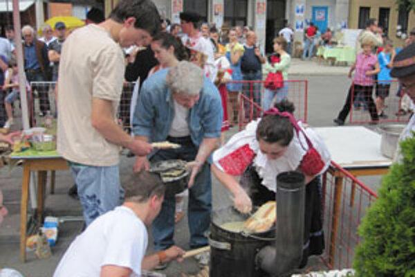 Majstrovstvá Novohradu vo varení a jedení bryndzových halušiek majú už v Poltári svoju tradíciu.