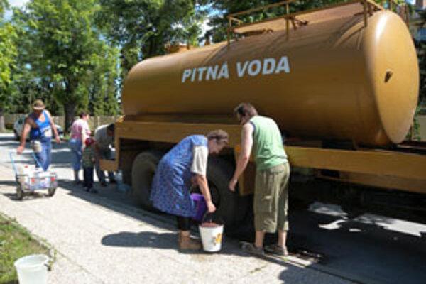 V postihnutývh obciach zásobujú ľudí pitnou vodou cisterny.