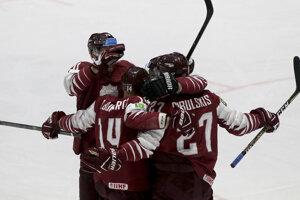 Hokejisti Lotyšska oslavujú gól v zápase Lotyšsko - Rusko na MS v hokeji 2019.