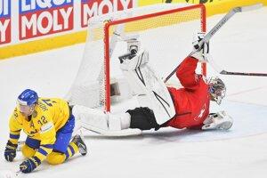 Patric Hornqvist a brankár Reto Berra v zápase Švédsko - Švajčiarsko na MS v hokeji 2019.