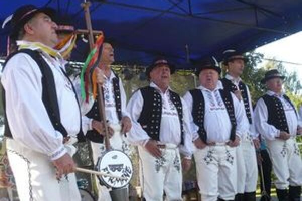 Oslavy v Klenovci spestrí vystúpenie folkloristov.