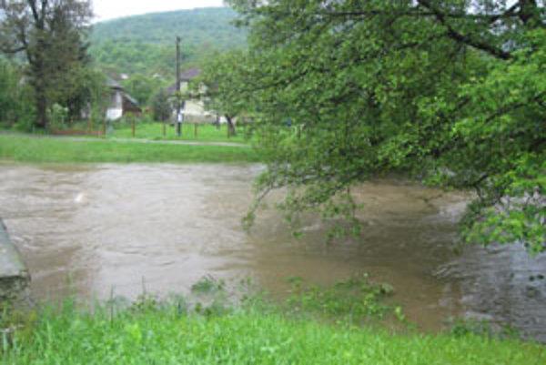 V niektorých potokoch sa preto v krátkom čase zvýšila hladina aj o dva až tri metre a dosiahla tretí stupeň povodňovej aktivity.
