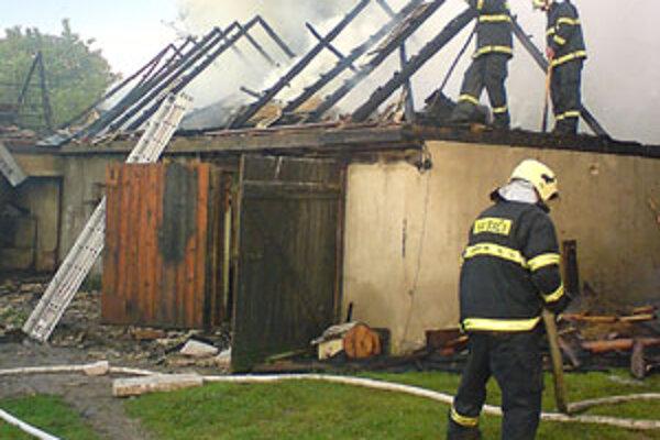 Do maštale udrel blesk. Našťastie sa gazdom podarilo zachrániť dobytok, ale stavbu oheň neušetril.