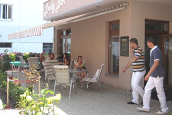 Počas horúcich letných dní sú letné terasy jedny z najnavštevovanejších miest v okresnom meste.