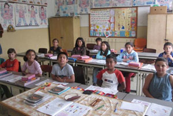 Školu navštevujú deti z problémového sídliska, pochádzajú zo sociálne slabšieho prostredia a treba k nim pristupovať individuálne.