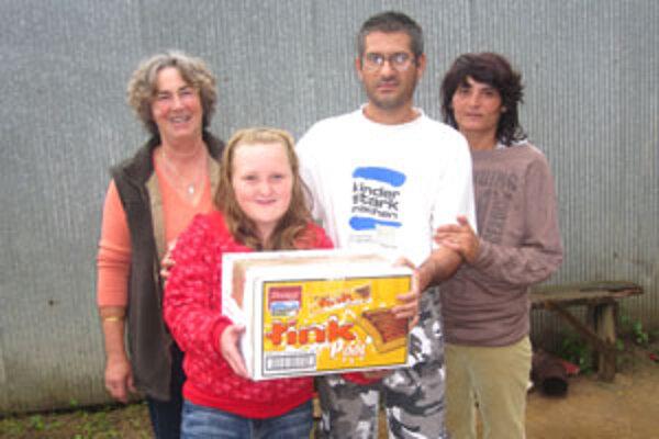 Deväťročná Paťa Hakeľová z Veľkej Vsi darovala chudobnej rodine krabicu šatstva. Dobrosrdečnosť ľudí potešila i starostku Cinobane.