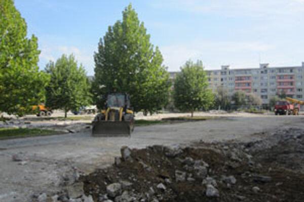 V centre mesta by mala vzniknúť tichá oddychová zóna so zeleňou, lavičkami, dvoma ihriskami, malými stánkami a reklamnými panelmi.