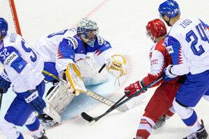 Brankár Denis Godla (Slovensko) pri zákroku v zápase proti Dánsku na MS v hokeji 2019.