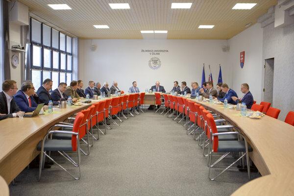 Prítomní počas pracového stretnutia na pôde Žilinskej univerzity.