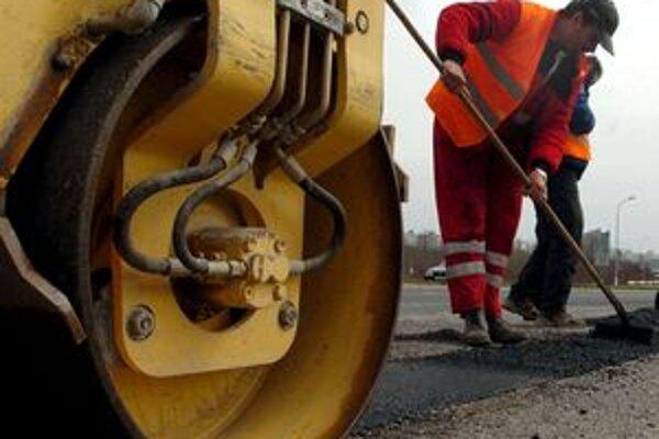 Peniaze, ktoré obec Krná získala z euforondov, vystačia na rekonštrukciu okolo 100 metrov cesty, v strede obce. Práce sa začali v septembri a trvať by mali do konca októbra.