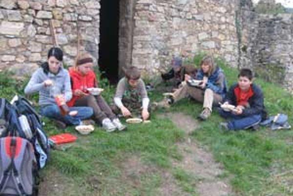 Skauti v ruinách hradu nielen táboria ale predovšetkým pracujú.