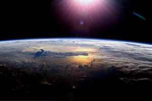 Ozónová vrstva sa nachádza približne 32 kilometrov nad povrchom Zeme. Planétu chráni pred nebezpečným UV žiarením.