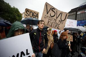 Účastníci protestu s názvom Stojíme pri kultúre: Za odvolanie ministerky kultúry SR na Námestí SNP.