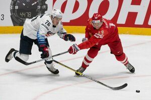 Brady Skjei (vľavo) a Sergej Andronov v zápase Rusko - USA na MS v hokeji 2019.