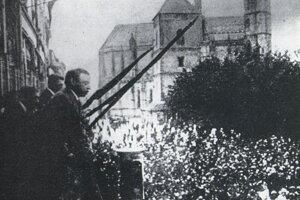 Béla Kun reční na balkóne košickej radnice v júni 1919.
