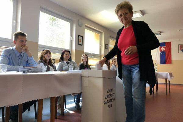 Na snímke obyvateľka obce Rožkovany hádže hlas do volebnej urny počas eurovolieb v obci Rožkovany v okrese Sabinov
