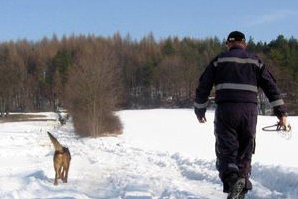 Telo trojročného dievčatka našla polícia za pomoci psovodov.