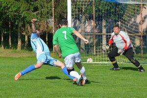 Vo Veľkých Bedzanoch videli diváci až osem gólov.